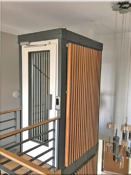 kabinli yaşlı asansörü