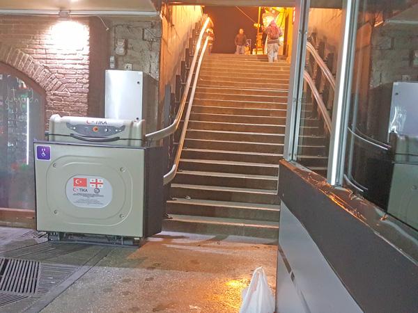 kıvrımlı engelli merdiven asansörü